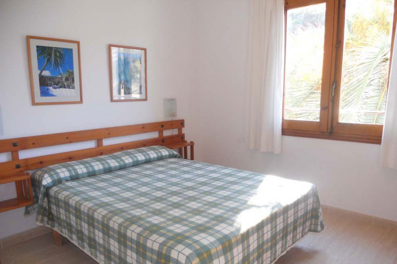 Bedroom with double bed of the Jardín Playa 3 apartment.