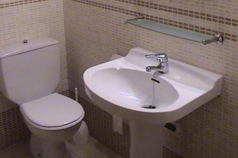 Toilet of the Jardín Playa 3 apartment.