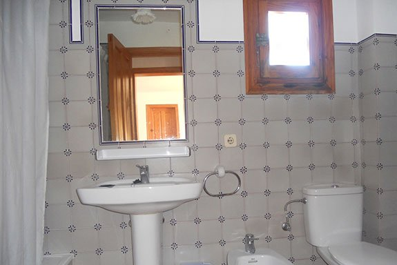 Bathroom and toilet of the Rocas Marinas 2R apartment