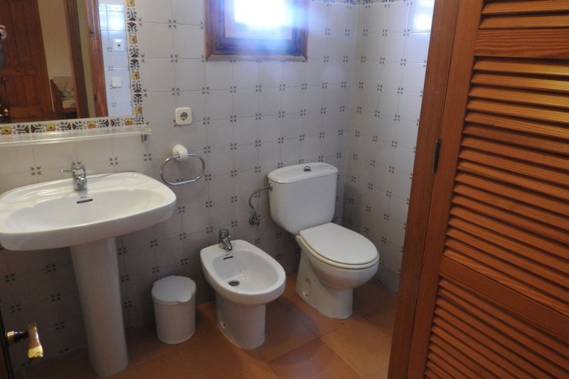 Toilet and bathroom of the Rocas Marinas 4A apartment.