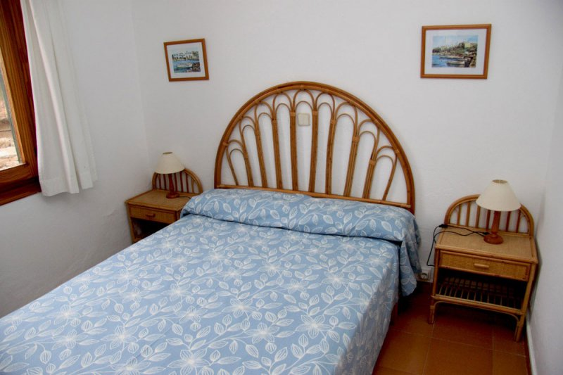 Bedroom and double bed of the apartment Rocas Marinas 7A.