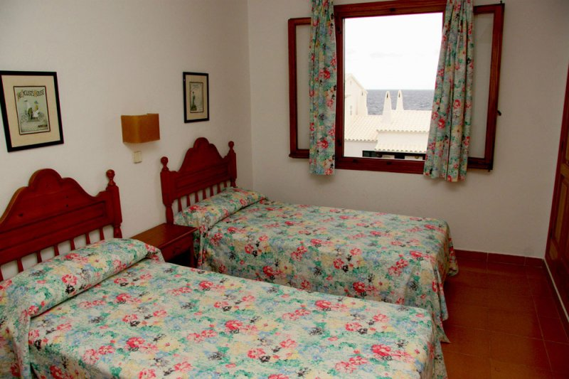 Room with single beds of the Rocas Marinas apartment 8A.