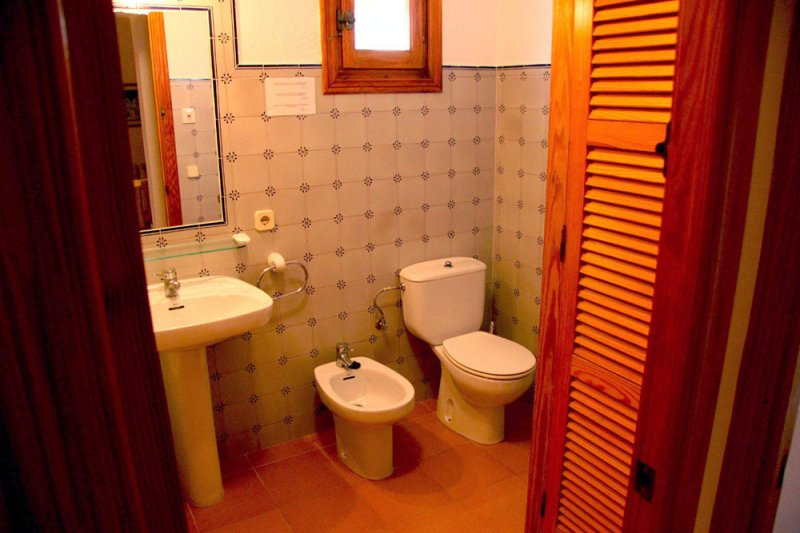 Bathroom and toilet of the Rocas Marinas 8A apartment.