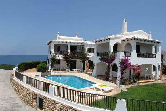 View of the Arco Iris apartments in Menorca, from outside.