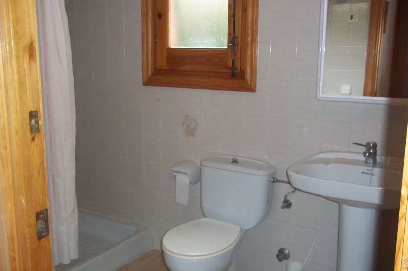 Bathroom and toilet of the Arco Iris 2 apartment.