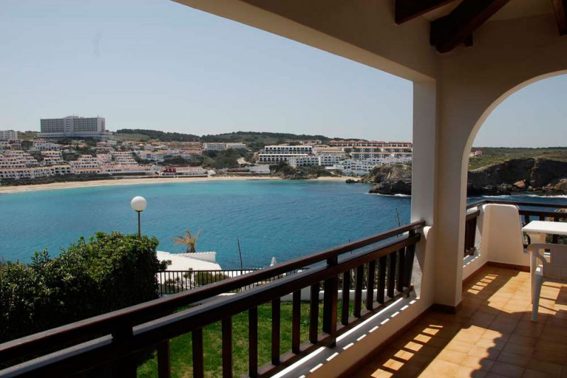 Terrace of the Arco Iris 4 apartment, which overlooks the Arenal d'en Castell in Menorca.