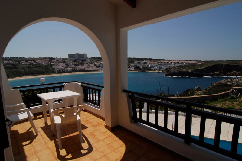 View of the terrace of the Arco Iris 4 apartment, which overlooks the Arenal d'en Castell, in Menorc