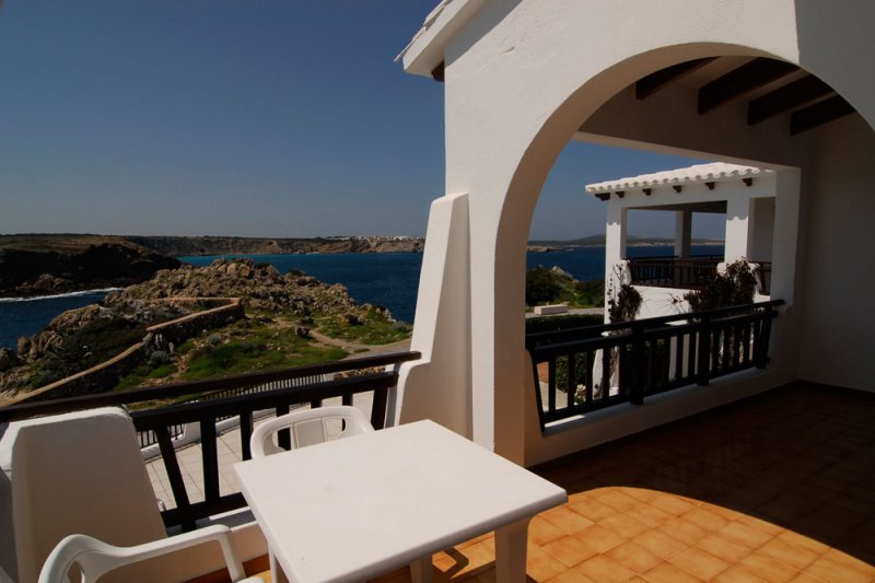 View of the terrace of the Arco Iris 4 apartment, which overlooks the coast of Menorca.