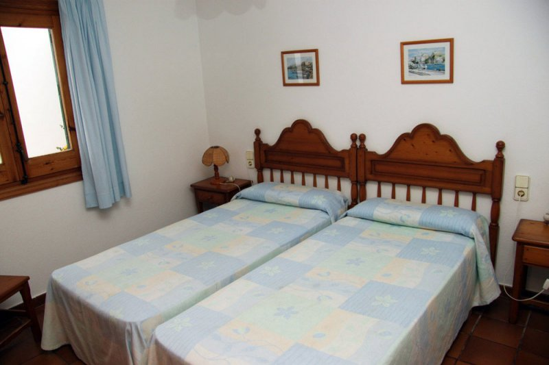 Bedroom with two single beds together of the Arco Iris 4 apartment.