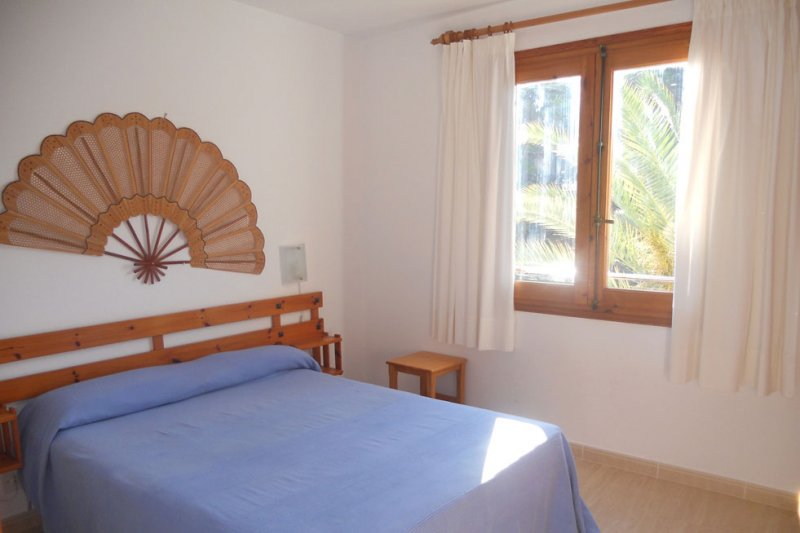 Bedroom with double bed of the Jardín Playa 1 apartment.