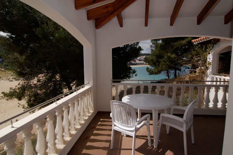 Covered terrace of the Jardín Playa 1 apartment with views towards S'Arenal d'En Castell.