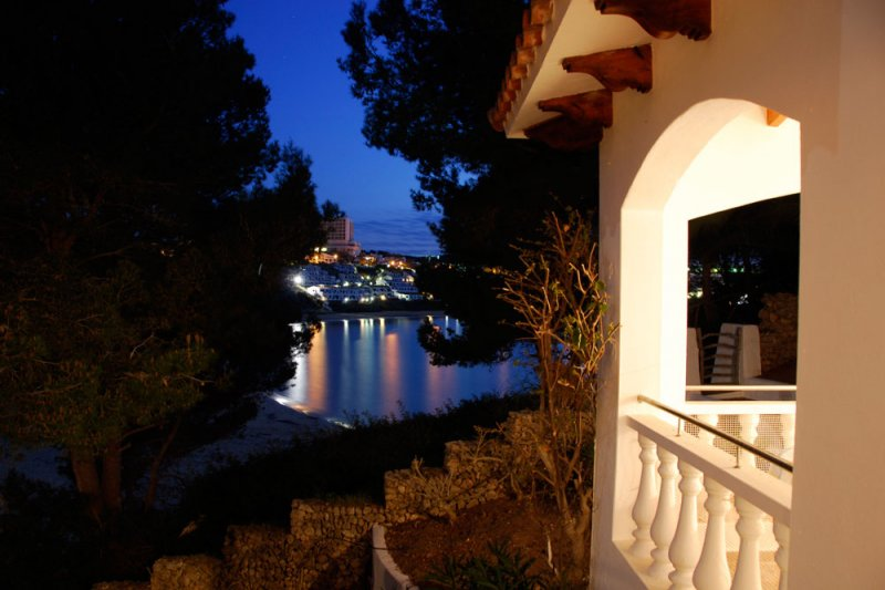 Incredible night views from the terrace of the Jardín Playa 1 apartment, in Menorca.