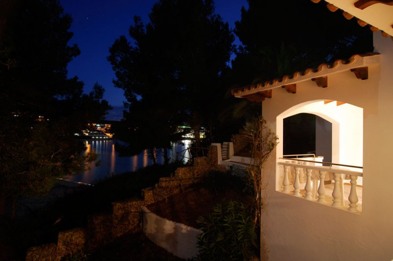 Lighting of the terrace of the Jardín Playa 1 apartment accompanied by pleasant views.