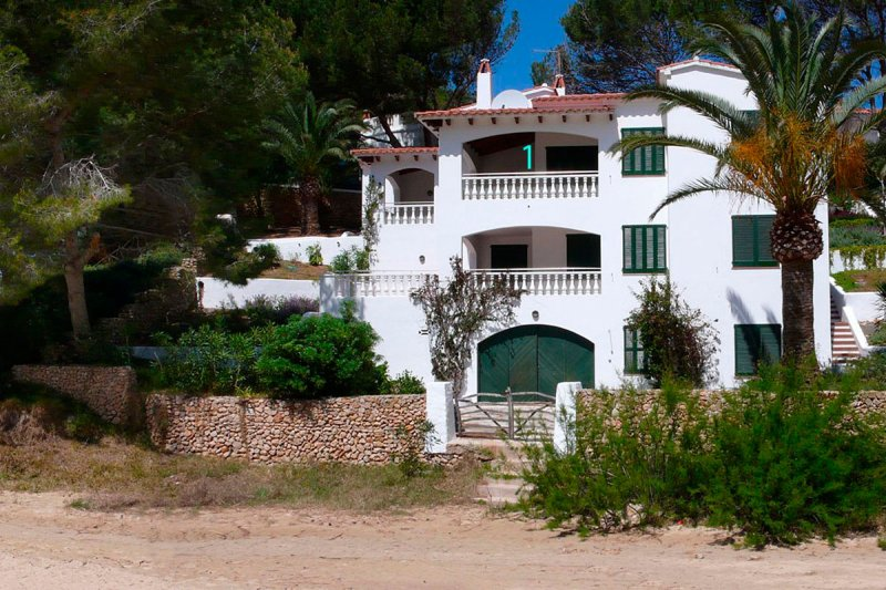 Jardín Playa Apartments from s'Arenal d'En Castell with access stairs to the right.