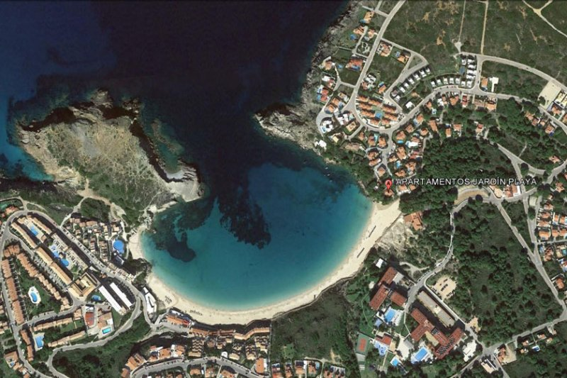Location and area of the Jardín Playa apartments in Menorca.