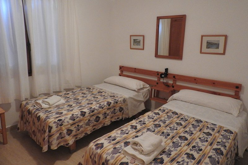 Bedroom with single beds of the Jardín Playa 2 apartment.