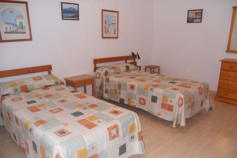 Spacious room of the Jardín Playa 3 apartment with two single beds.