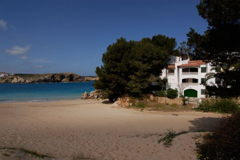View of the Jardín Playa apartments from the sand of s'Arenal d'en Castell and the coast of Menorca
