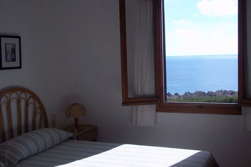 Bedroom with single bed and window with good landscape from the Rocas Marinas 1 apartment.