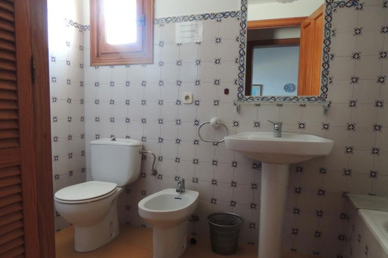 Bathroom and toilet of the Rocas Marinas 4R apartment.