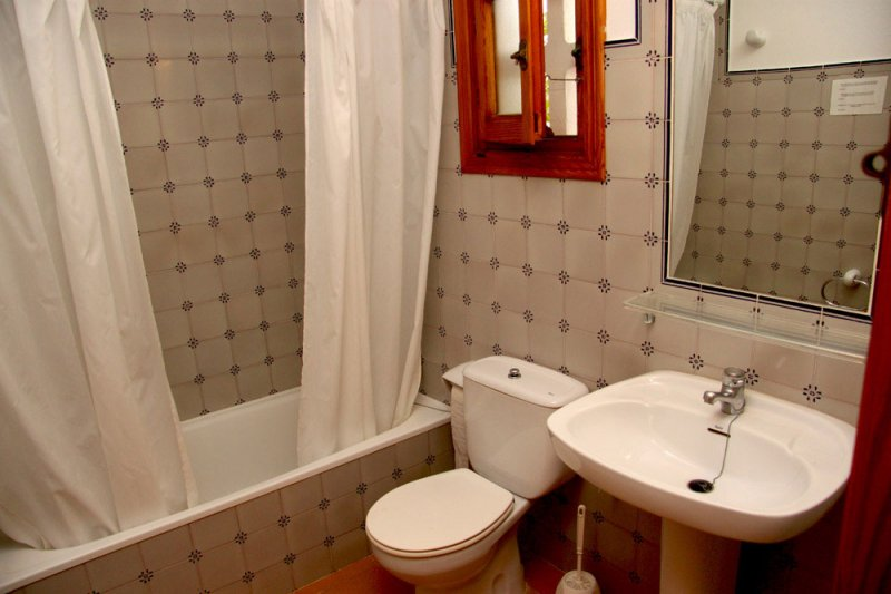Bathroom and toilet of the Rocas Marinas 8R apartment.