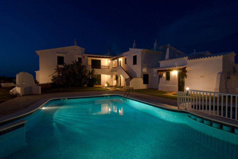 Night lighting of the community pool and the Rocas Marinas apartments.