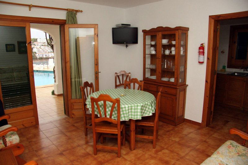 Living room with access to the terrace and kitchen of the Arco Iris 3 apartments.