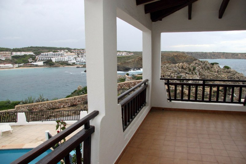 Covered terrace of the Arco Iris 5 apartment from which you can see s'Arenal d'en Castell and the co