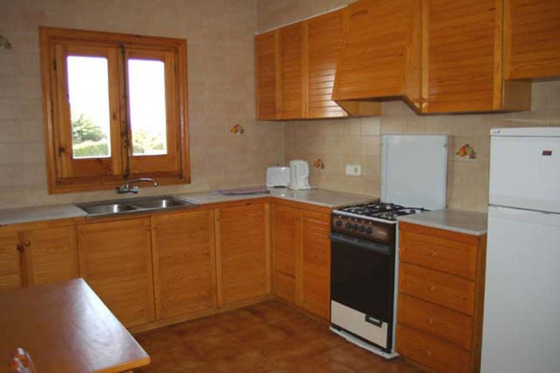 Large kitchen of the Arco Iris 5 apartment in a traditional style.