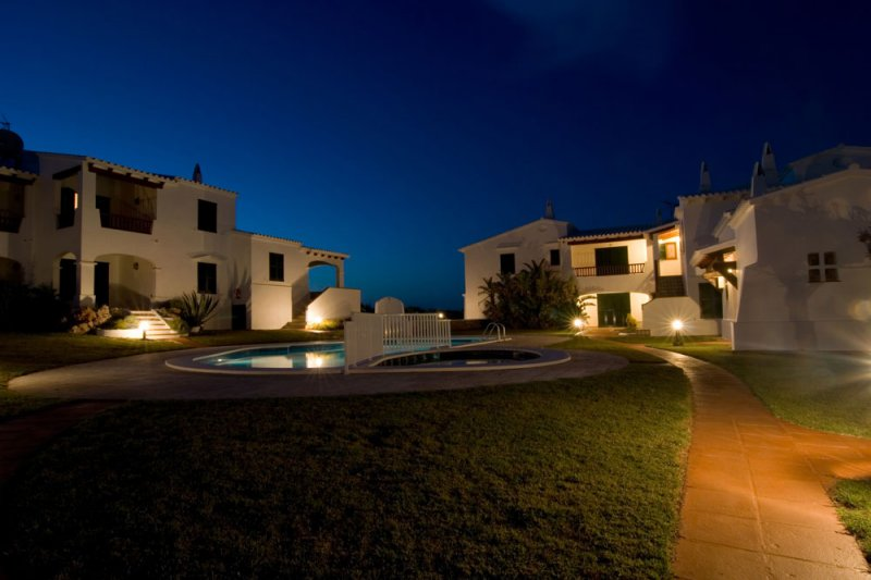Enclosure of the Rocas Marinas apartments at night and with very good lighting.
